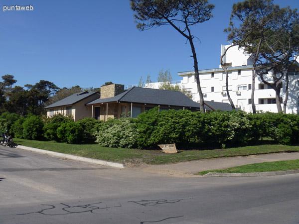 Vista de la esquina en donde se encuentra la propiedad. Ciclovía para camiar, trotar, pasear o andar en bicileta al frente de la casa.