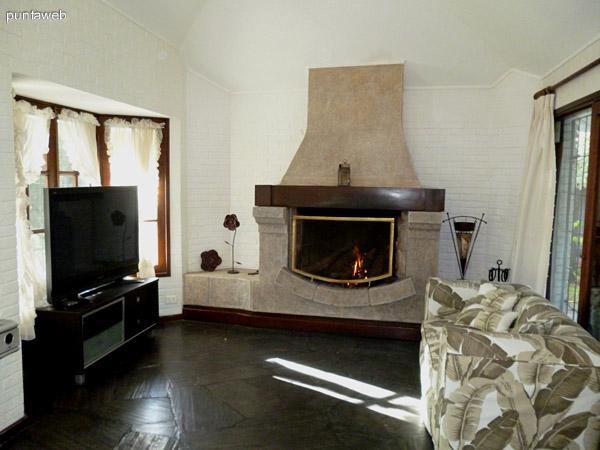 Amplia estufa a leña, mobiliario y electrodomésticos de  calidad.