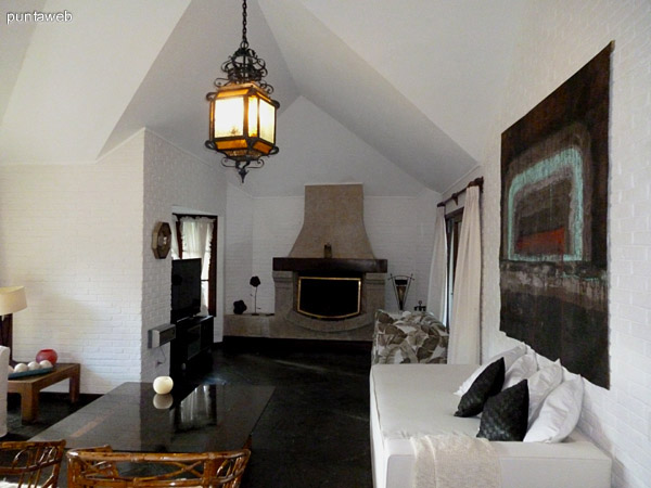 Living con acceso a jardín interno equipado con muebles de exterior.