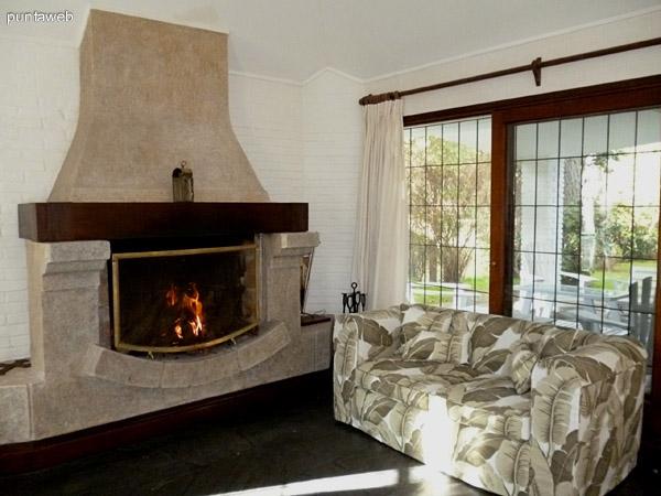 Estufa a leña, accesoa jardín interno con galería equipada con muebles de jardín.<br>Ventanal con reja.