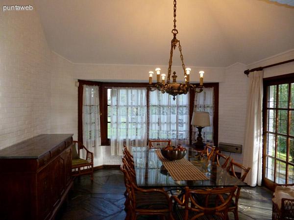Comedor amplio, luminoso equipado con muebles de nivel.