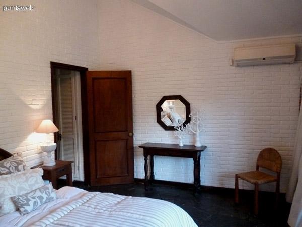 Amplia suite con split frío/calor, amplios placares empotrados y acceso a jardín desde la misma.