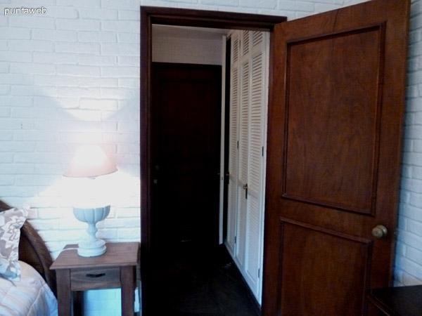 Placares extra de la suite frente al baño de la misma.