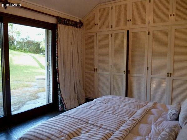 Placares empotrados en dormitorio en suite.