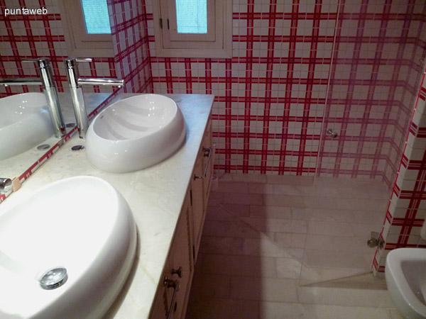 Doble lavabo, muebles bajo mesada, ventilación exterior, ducha y artefactos, todos de excelente nivel y de época.