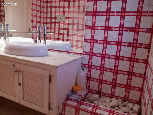 Baño, mobiliario y grifería de excelente nivel.
