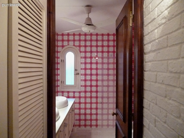 Vista del baño en suite desde el pasillo.