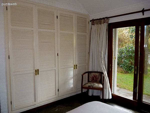 Placares y acceso a jardín desde el segundo dormitorio.