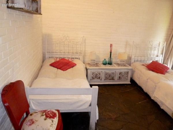 Tercer dormitorio equipado con dos camas de una plaza.