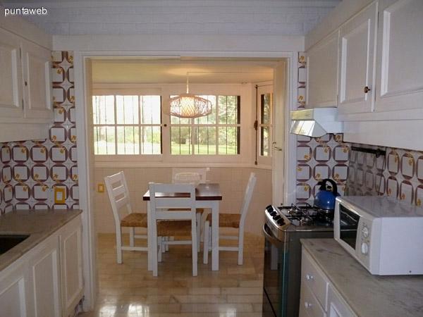 Cocina, doble mesada, ventilación exterior, comedor diario.