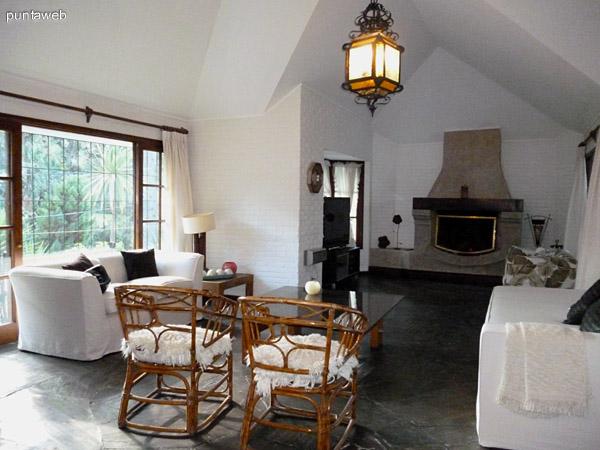Amplio living, luminoso, mobiliario en excelente estado.