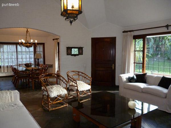 Living comedor en espacios separados, bien iluminados naturalmente por la orientación de la propiedad.