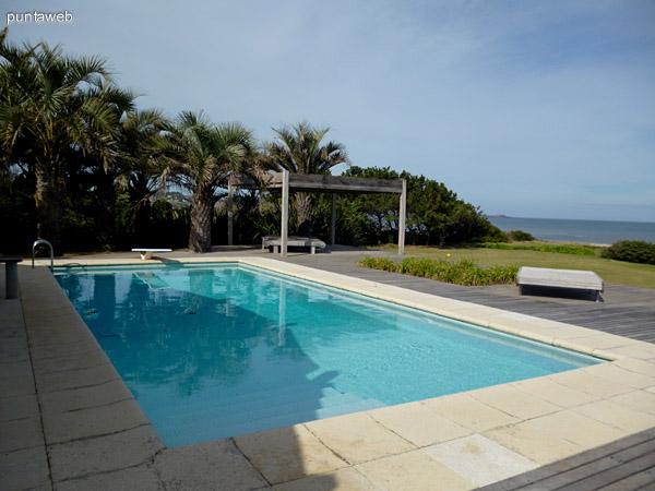 Hermosa piscina y deck solarium.