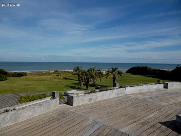 Jardín y vista al mar desde el deck en segundo piso.