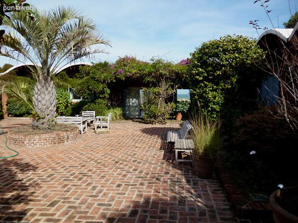 Jardín exterior visto desde el acceso a quinta suite.