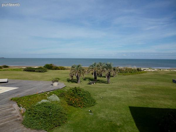 Deck, jardín y acceso a playa de la propiedad.