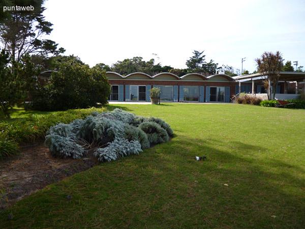 Fachada de la propiedad vista desde el jardín.