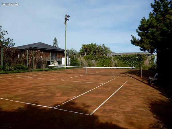 Cancha de tenis completamente funcional.