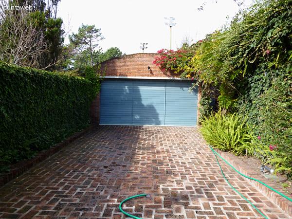 Acceso a garage de la propiedad mediante portón eléctrico.