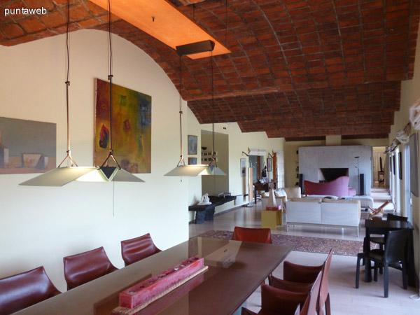 Comedor, living y estar unificados en un amplio ambiente decorado con excelente gusto.<br>Mobiliario de excelente nivel.