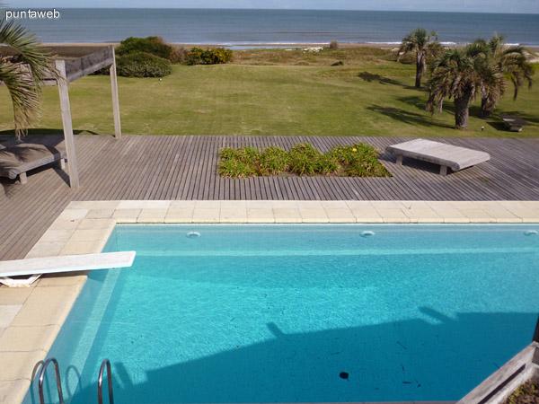Piscina, deck solarium, jardín en primera fila al mar.