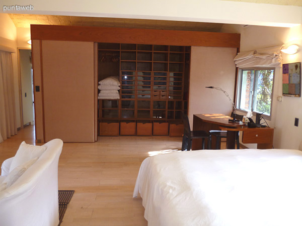 Vestidor y escritorio en suite principal.