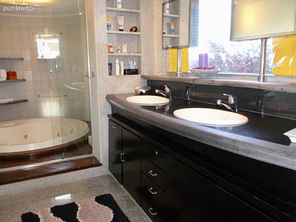 Baño en suite principal.