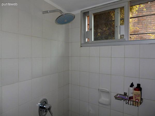 Ducha en baño principal en suite.