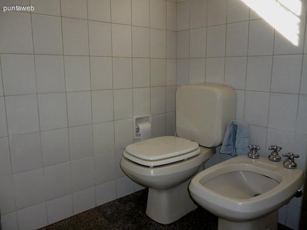 Artefactos de baño principal en suite.