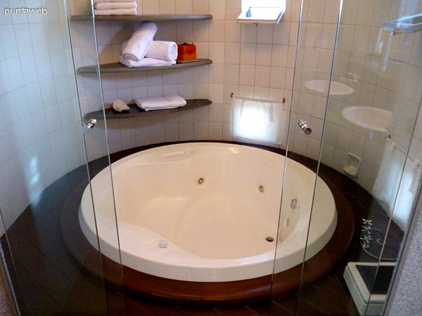Jacuzzy en baño principal en suite.