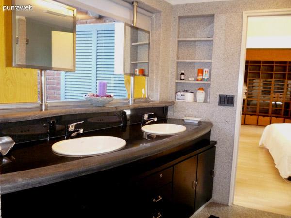 Doble lavabo y espejos individuales móviles, mobiliario de diseño moderno y en perfecto estado.