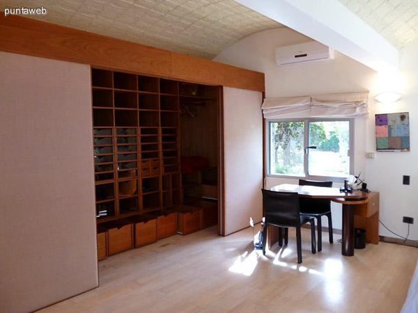 Vestidor, escritorio y split frío/calor en dormitorio principal en suite.