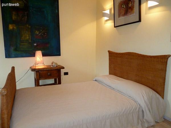 Segundo dormitorio en suite equipado con cama de dos plazas.