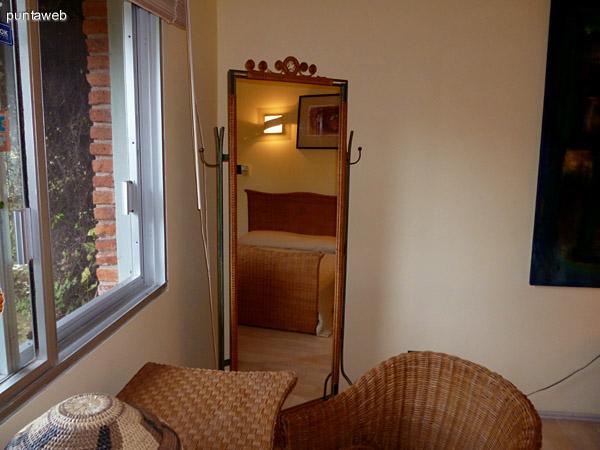 Dormitorio principal con vistas a jardín empedrado a modo de plaza interno de la propiedad.