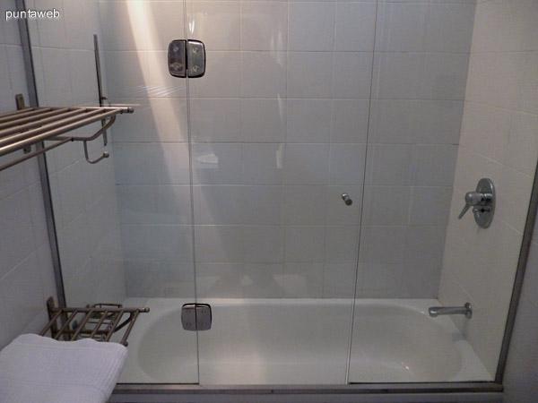 Baño en suite completo equipado con bañera y ventilación exterior.