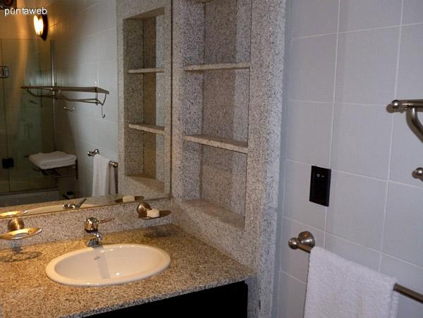 Lavabo en segundo baño, mesada y estantería en granito.