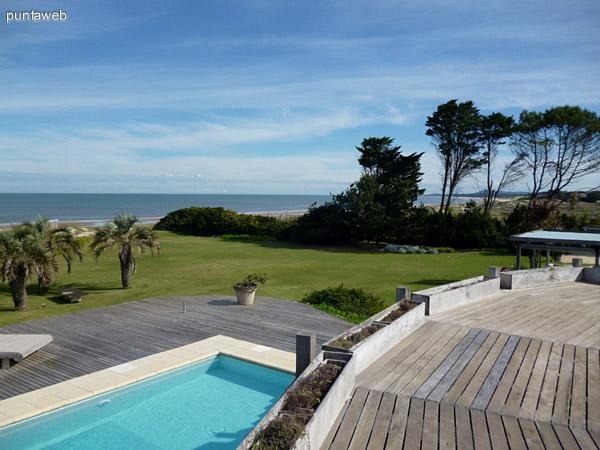 Vistas del jardín y piscina desde solarium  en piso superior del parrillero.