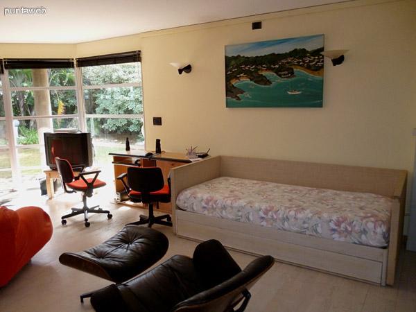 Amplia sala de juegos con tv  con cable y para conectar consolas, sillón cama y escritorio.