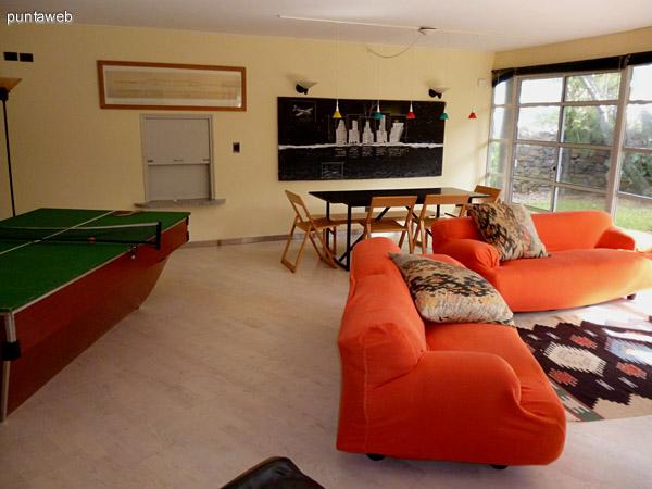 Mobiliario de excelente nivel, mesa multiproposito y comedor con pasaplatos desde la cocina.
