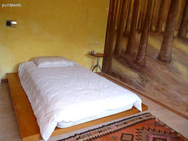 Tercer dormitorio en suite equipado con cama de una plaza y media.