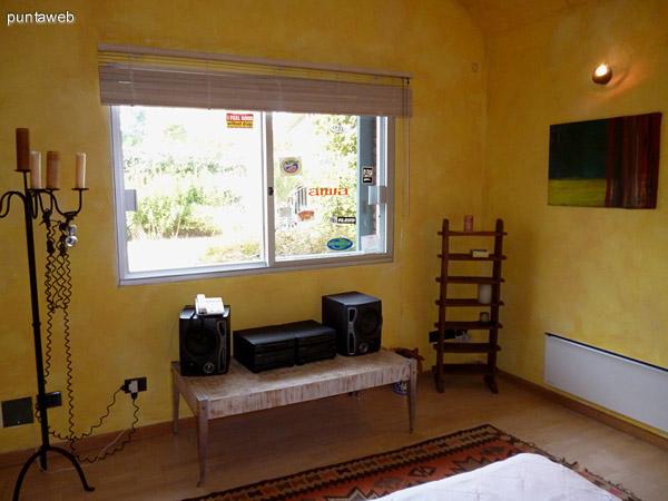Stereo en tercer dormitorio, vistas exteriores a jardín interno.