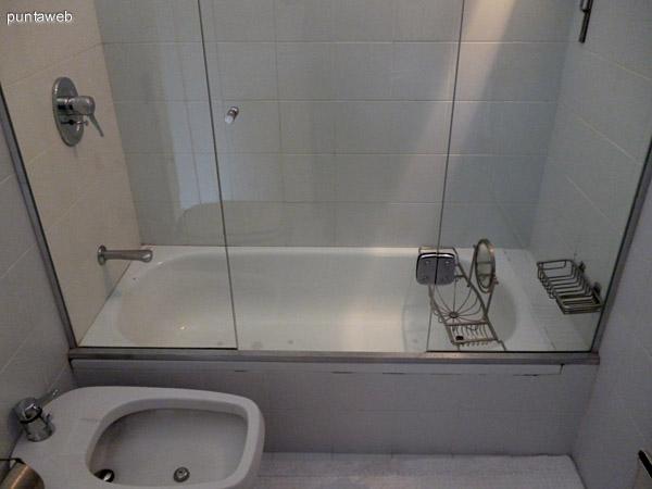 Tercer baño en suite equipado con bañera y artefactos de nivel.<br>Ventilación exterior.