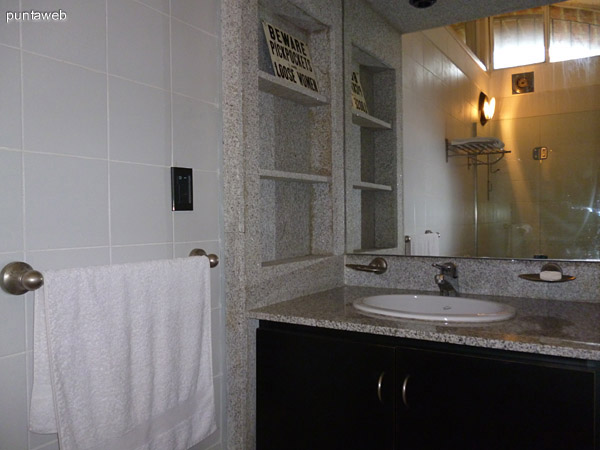 Lavabo, mobiliario y mesada y estantería en granito.