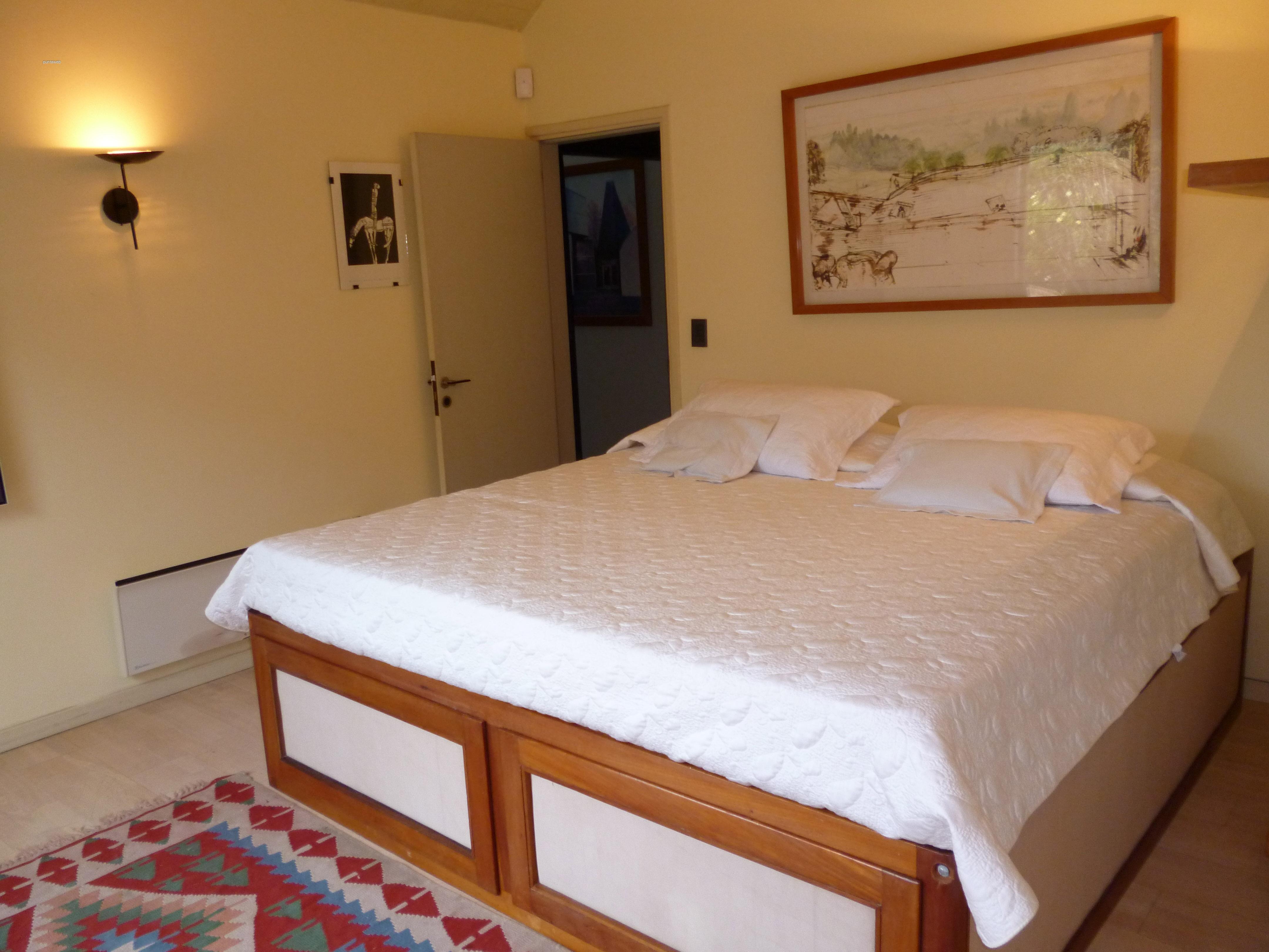 Cuarto dormitorio en suite de excelentes dimensiones, luminosos a toda hora, equipado con cama de dos plazas.