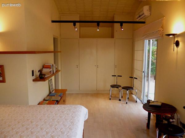 Cuarto dormitorio en suite, cuenta con acceso a jardín interno de la propiedad.