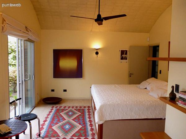 Amplio dormitorio en suite con acceso a jardín interno y ventilador entre sus atributos.