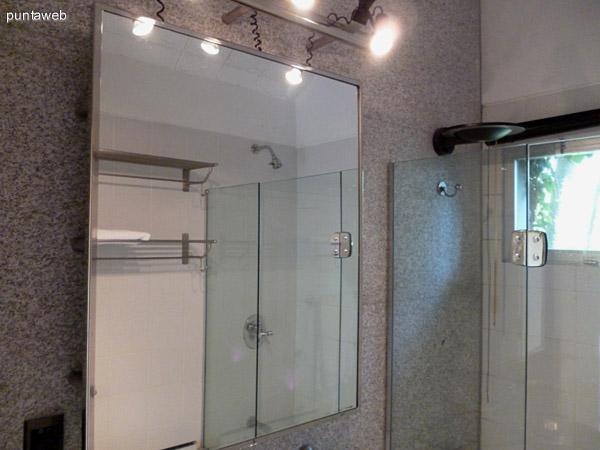Espejo en cuarto baño en suite, ventilación exterior y bañera.