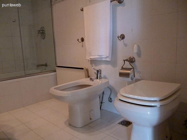 Artefactos y bañera en cuarto baño en suite.