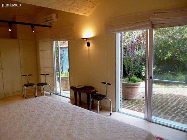 Cuarto dormitorio en suite, cuenta con split frío/calor, ventilador y acceso a jardín interno.