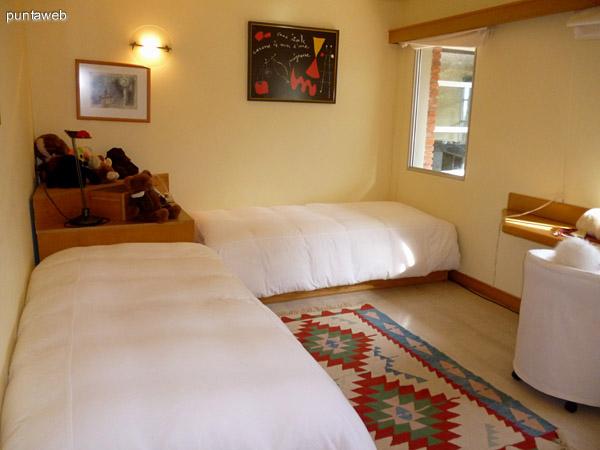 Quinto dormitorio equipado con dos camas marineras.